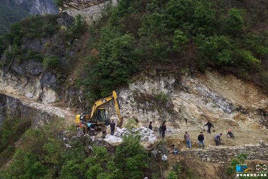 航拍重庆巫山悬崖上的公路