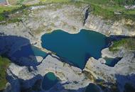 重庆现巨型心形水坑