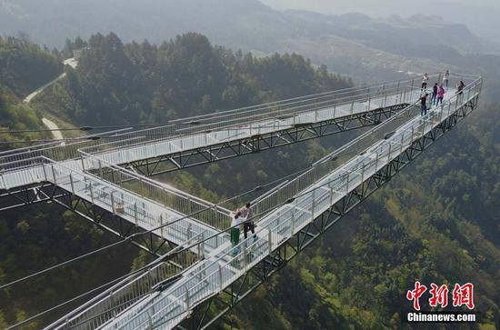 """重庆一景区现""""天空悬廊"""""""
