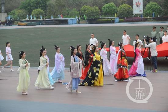 重庆大学运动会出大招 电影学院美女扎堆
