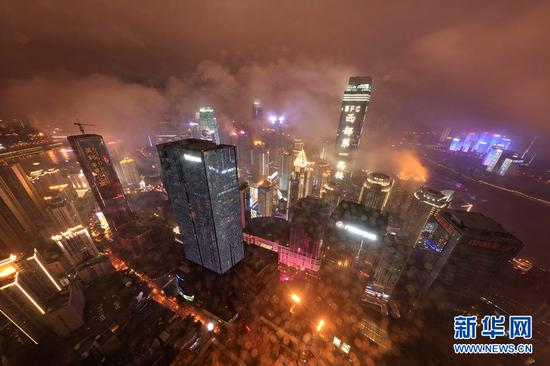 无人机雨夜航拍重庆渝中半岛 梦幻山城美如画