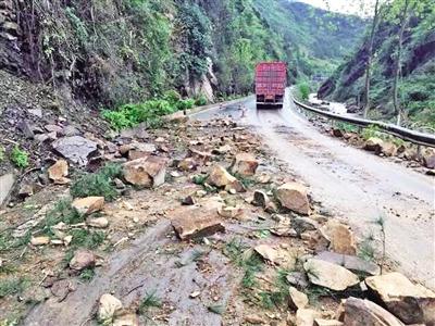 318国道万州龙驹卫星桥路段出现山体落石。 受访者供图