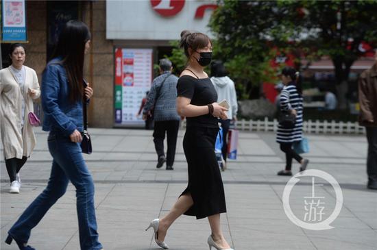 二四八月乱穿衣 重庆街头美女从冬穿到夏