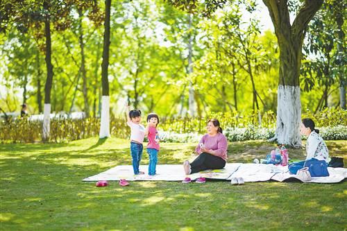 4月13日,悦来中央公园,趁着阳光好天气,市民到户外休闲玩耍