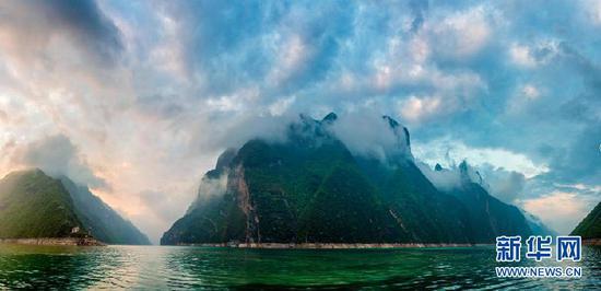 长江三峡巫山境内现烟雨巫峡美景