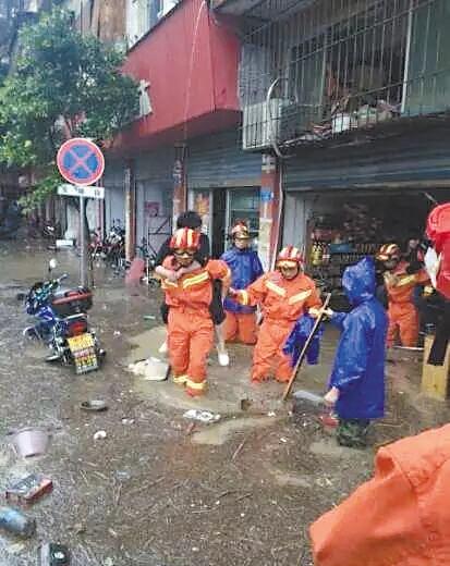 消防官兵转移被困人员 通讯员 赵晨星 摄