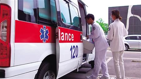 重庆机场医疗救护中心的医护人员紧急出动 记者 李化 摄