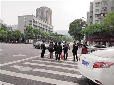 双星大道路口一大群行人闯红灯。