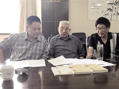 85岁的胡荣伦(中)参加读书会