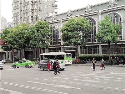 从901公交车双星站下车后几位行人直接穿过马路,马路离红绿灯路口不过十多米的距离。