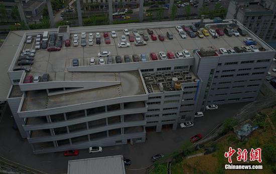 重庆现空中停车场 车辆爬7楼停车