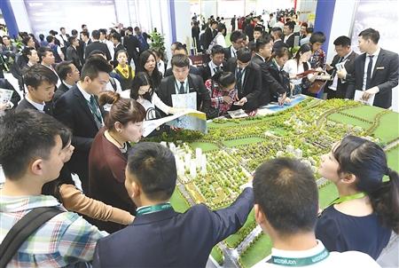 昨日,重庆国际会展中心,市民正在房交会上选购心仪的楼盘。 本组图片由首席记者 钟志兵 记者 唐浩 摄