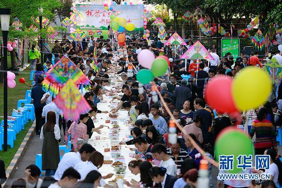 """重庆一小区举办业主""""百家宴"""" 增进邻里感情"""