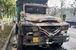 重庆:大货车突发自燃烧成光架子 情况十分危急