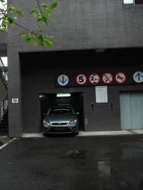 重庆一车库入口在楼顶 车辆需乘电梯
