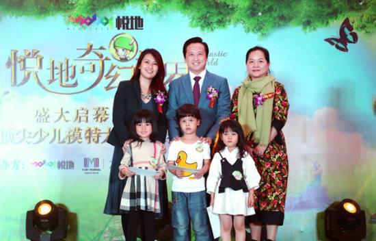 特邀嘉宾评委和三名最佳小模特合影 嘉宾顺序(从左至右):邱兰芬女士、林浩文先生、杨育玲女士