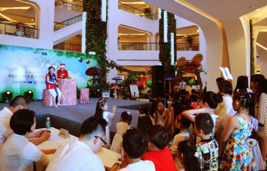 小朋友们围在舞台下聚精会神的观看儿童话剧表演