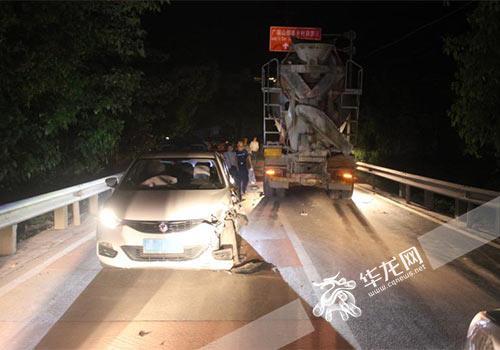 罐车越线行驶撞了对向小轿车。警方供图