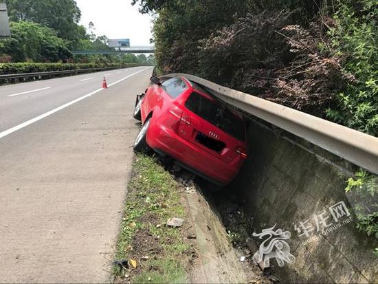 女司机将车开进排水沟。市交通执法高速二支队一大队供图