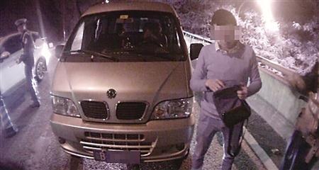 赌气小伙酒驾被查 江北警方供图