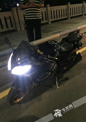 车身全黑的摩托车。警方供图