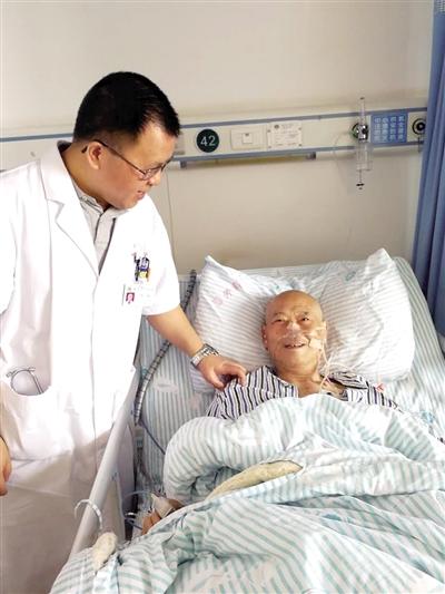 医生在询问唐先 生是否还有腹痛。