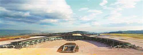 重庆机场T3A航站楼进行最后的设备安装和收尾工作,年内将建成投用。届时,重庆机场将拥有70万平方米航站楼、3条跑道、200个停机位,可满足年旅客吞吐量4500万人次的需求,可起降目前世界上最大的飞机。