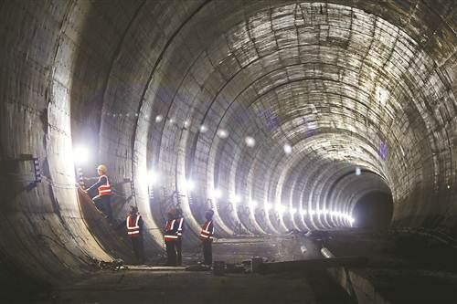 重庆铁路枢纽东环线正加紧施工,这条串联起重庆北站、江北机场、水土、空港、龙盛、东港、茶园、南彭等地的铁路线预计2020年底竣工投入使用。届时,从重庆北站将一站直达江北机场,车程在20分钟左右。