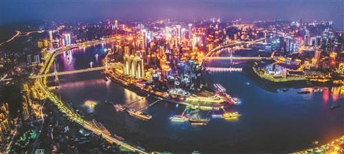 重庆渝中半岛,两江交汇之地,每到夜晚,一座座桥梁如彩虹卧波连接南北。