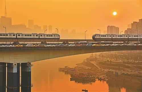 轨道交通已成为市民出行方式的首选。