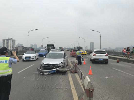 司机低头操作导航 小车撞上护栏钢管直插副驾驶