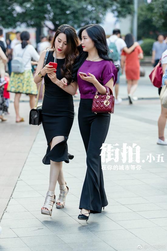 重庆美女上街出双入对 携闺蜜亮相街拍