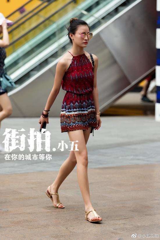 重庆最新美女街拍:夏天出街露白嫩大腿