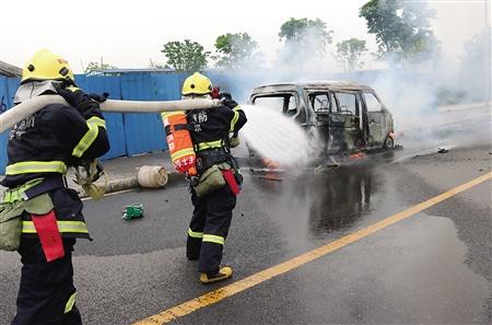 消防官兵对起火车辆进行扑救 通讯员 周建梅 摄