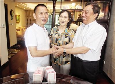 昨天,张勇(左)把钱还给朱大明夫妇。