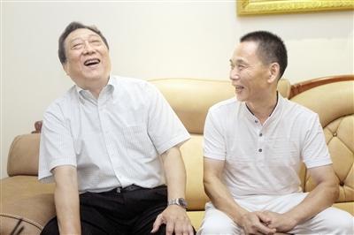 昨天,朱大明(左)和张勇22年后再相聚,相谈甚欢。 本报记者 高科 摄