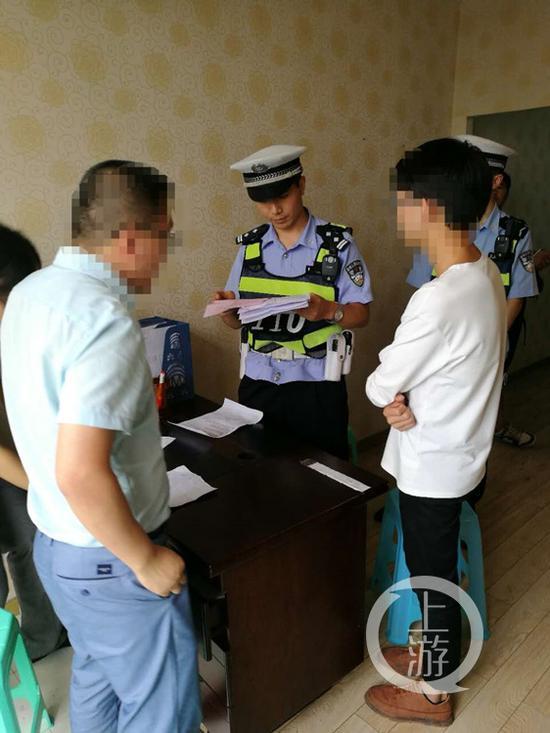 民警正在处理一起求职纠纷
