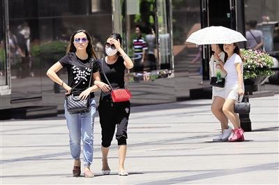 昨日,热浪袭击重庆大部地区。 本报记者 苑铁力 摄