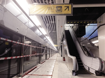 轨道五号线湖霞街站站台正在加紧装修。