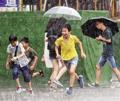 暴雨突袭主城市民成落汤鸡 未来三天继续热