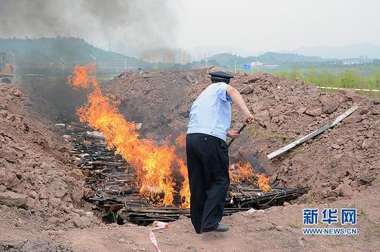 重庆警方在渝北区销毁大量非法枪支及管制刀具