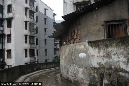 重庆最牛违建棚屋20年未拆 房东用煤气罐抗拆