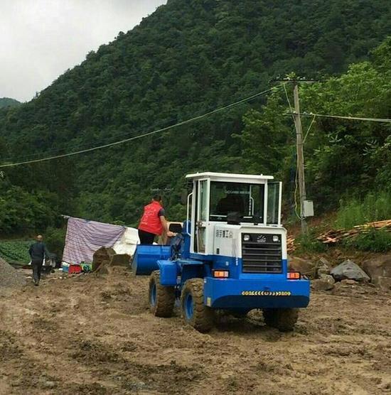 重庆石柱县现史上最牛快递员:开装载机送货