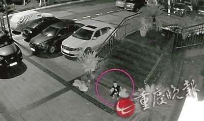 小孩溜出门后被监控拍下