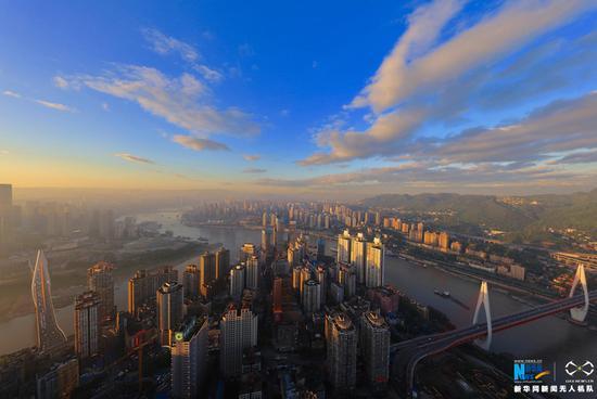 航拍初夏重庆:大都市与大自然交融的山水画