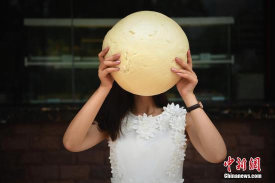 重庆一食店出售3斤重的巨型馒头 比人脸还大