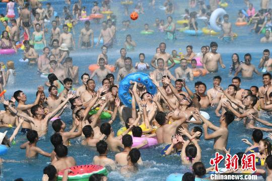 重庆气温飙升至近40℃ 市民高温天气水中纳凉