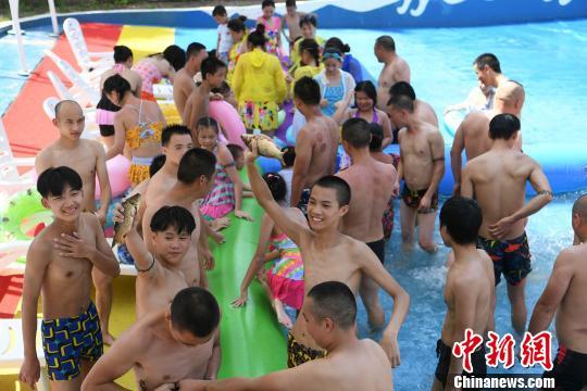 重庆一乐园举行水中捉鱼比赛 好快活!