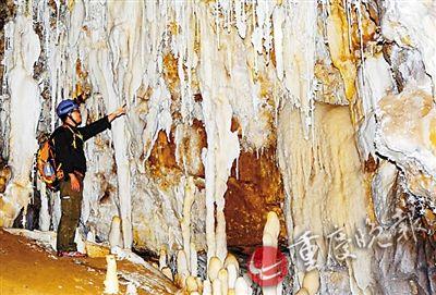 杨平恒在洞穴内考察