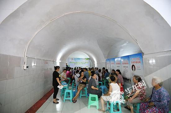 炎热夏日,不少市民前来防空洞避暑纳凉。